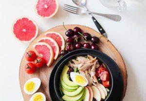 W celu obliczenia ile kalorii dziennie powinieneś dostarczać swojemu organizmowi, udaj się do dietetyka lub skorzystaj z darmowych kalkulatorów BMR
