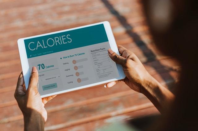 Dowiedz się, jak obliczyć ile kalorii dziennie powinieneś spożywać